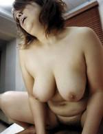 爆乳熟女ユカリさんが赤いランジェリーで登場。正常位でガン突きされ、巨乳を揺らせてイキまくる。フィニッシュは爆乳にパイ射!