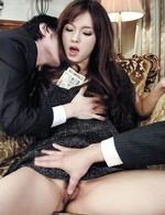 妖艶な娼婦のように男たちを手玉に取る遥めいチャン。豪快なWフェラでチンポを吸い上げ、串刺しファックでイキまくります!