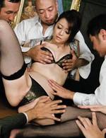 いつでも発情するセクシー熟女北条麻妃。会議中にも拘わらず、服を脱ぎ始め男性社員を誘惑。指マンで喘いで潮を吹くと、怒涛の輪姦プレイ!