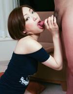 大和撫子春野奈々子ちゃんが、外人さんの巨根に挑戦!カメラ目線で舐めあげる奈々子ちゃん。大きな外人さんのチンポを口から放しません!