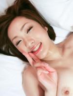笑顔がキュートな飯野寧々ちゃんは、巨根が大好き!おマンコに生挿入されてイキまくり!ザーメンを中出しされてVサイン!