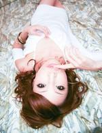 ベッドに横たわり、黒いTバックで外人さんを挑発する桜庭彩ちゃん。バックで生挿入されると、大絶叫で巨根を受け止める彩ちゃん!