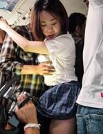 爆乳女子校生沙月由奈ちゃんが乗り込んだのは痴漢バス。卑劣な猥褻行為が車内で繰り広げられ、運転手さえ止めようとしない!