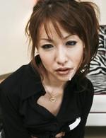 ご奉仕フェラを要求されたスレンダー美脚美女倉知莉花。舌で巻き上げるように亀頭を舐めあげ、バキュームでザーメンを受け取ります!