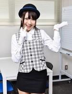美乳美少女長谷川夏樹がバスガイドコスで登場。美マンを晒し指マン。豪快な背面騎乗位でイキまくり、ザーメン中出し!
