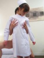 乳首をしゃぶられ、パンティの上からマンスジを擦られると、あらら、みいなちゃん、退院のお祝いにボディをサービス!